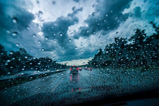 Sateella autoa ajaminen