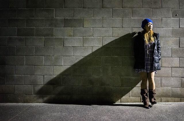 Nainen seisoo kadulla