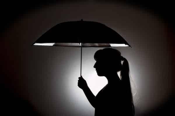 Nainen ja sateenvarjo